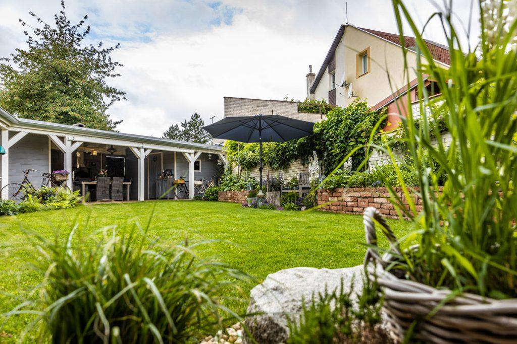 átriová záhrada s prístreškom, pod ktorým je letná kuchyňa a šopy