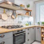 kuchyňa v sivej farbe s otvorenými policami a bielym obkladom