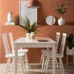 Kuchyňa s jedálenským stolom v bielej a s terakotovou stenou