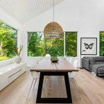 Interiér jedálne víkendovej vily v bielej farbe zariadený v minimalistickom duchu