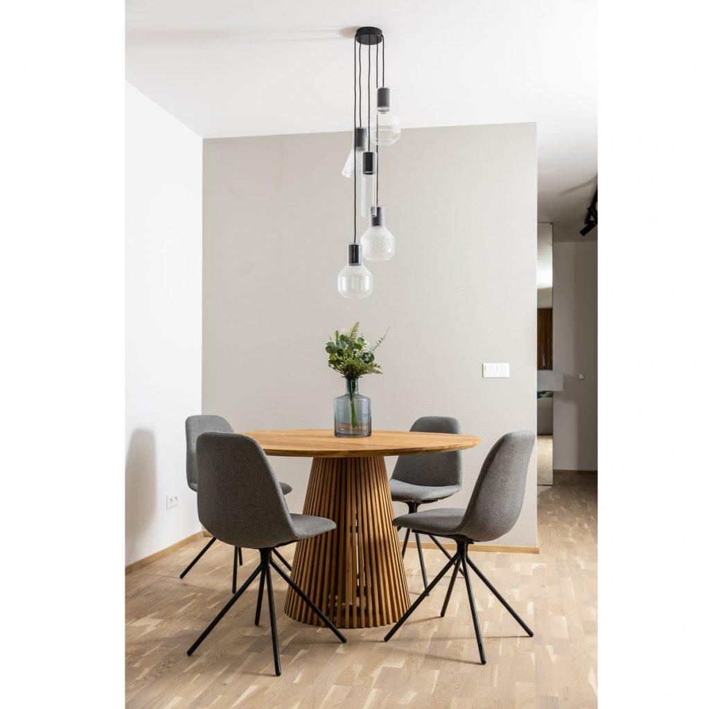 Dizajnový jedálenský stôl v bytovom komplexe v Kolískach