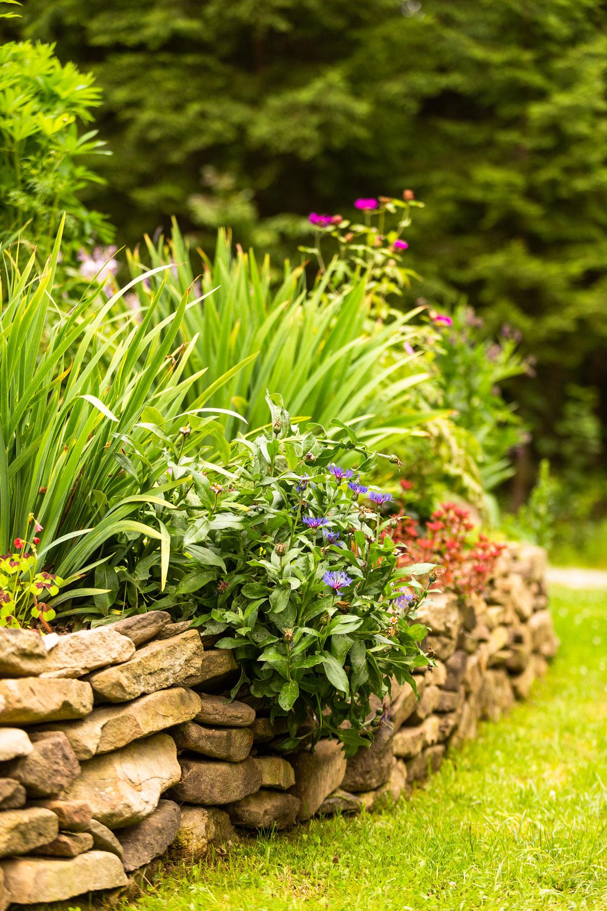 Rodinný dom so svojpomocne vybudovanou záhradou a skalkou obloženou suchým kamenným múrikom.
