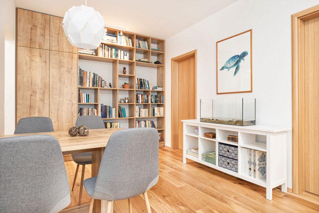 Neveľký byt sa vďaka šikovnej rekonštrukcii zmenil na ideálny priestor pre menšiu rodinu