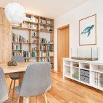 severský interiér jedálne a otvorenej knižnice s nábytkom z dreva