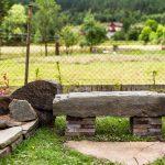Lavička vyrobená z prírodného kameňa