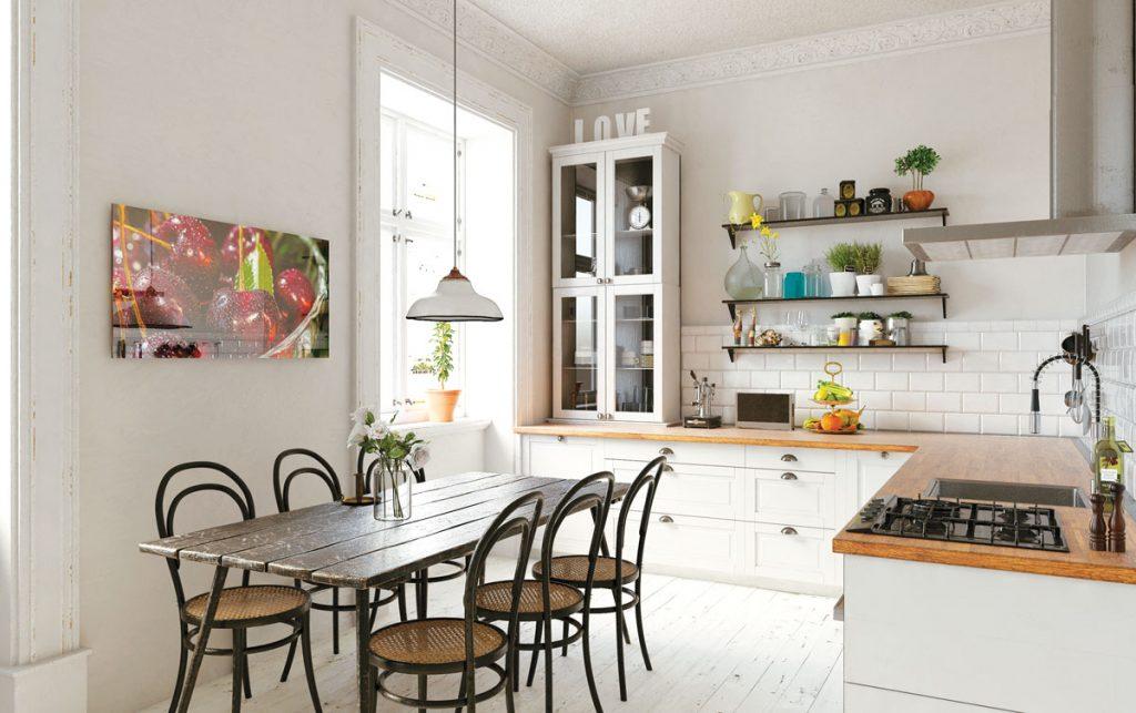 Kuchyňa s inštalovaným bezrámovým skleneným panelom s motívom ovocia