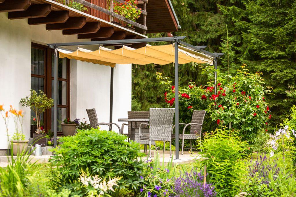 Svojpomocne vybudovaná záhrada s terasou