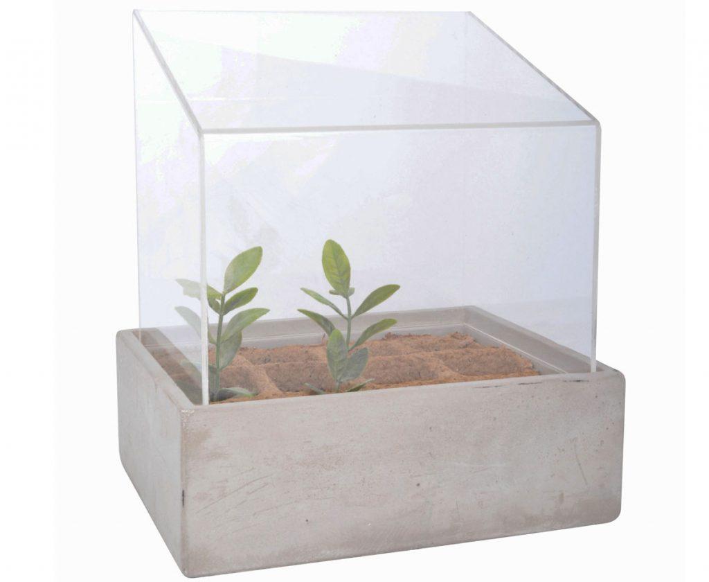 mini skleník s betónovým kvetináčom