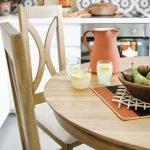 Detail jedálenského stola s terakotovým džbánom