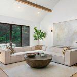 minimalisticky zariadená obývačka vo víkendovej vile s bielym latovaním vysokých stropov