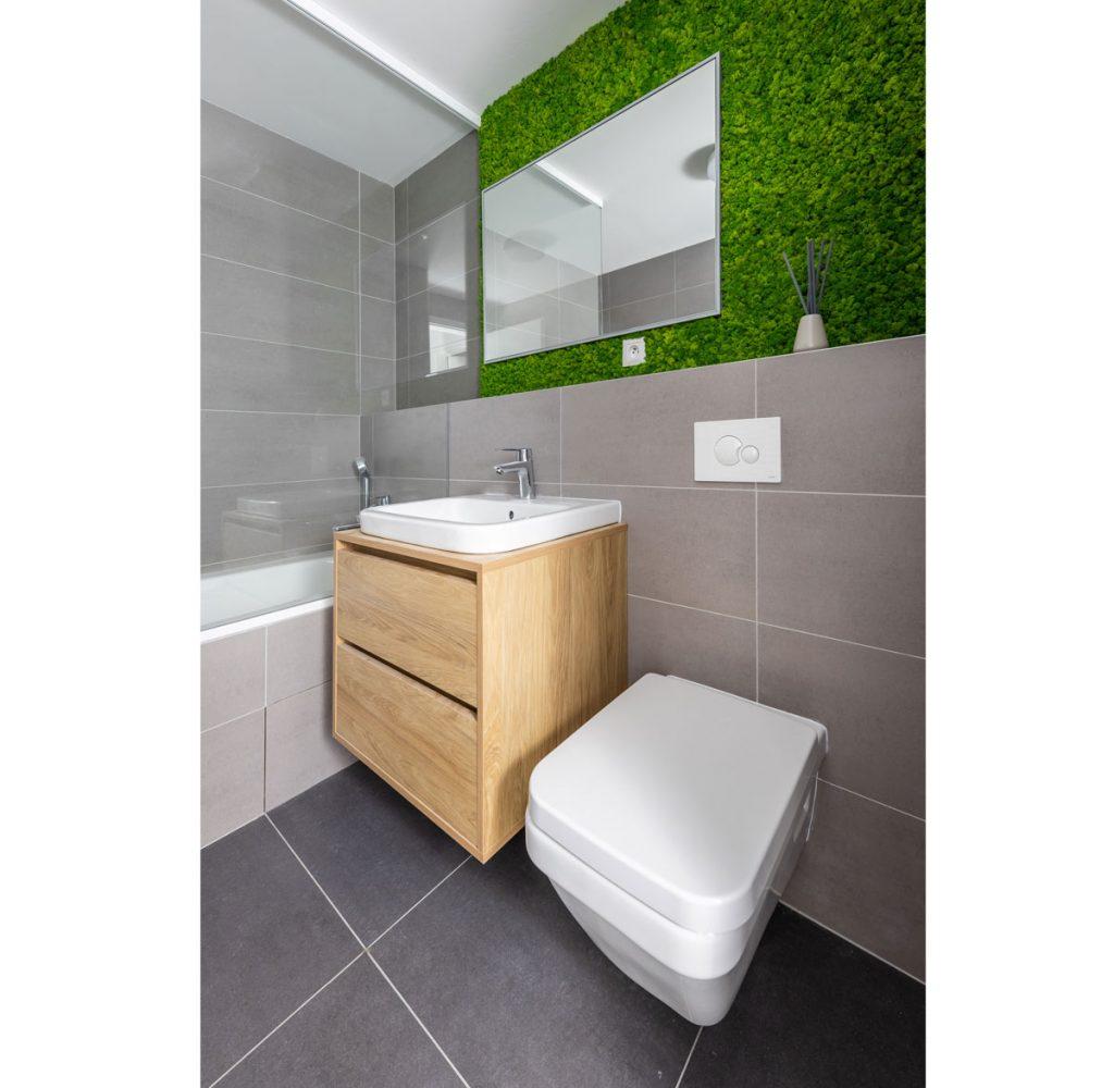 Kúpeľňa s vertikálnou machovou stenou vo vzorovom byte v Kolískach