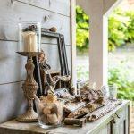 záhradná dekorácia pozostávajúca z naplavenín dreva, mušlí, kameňov, svietnika a starých rámčekov