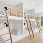 spálňa pre deti v minimalistickom štýle s tromi dvojposchodovými lôžkami