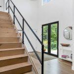 vstupná hala v rodinnom dome so schodmi z dubového dreva