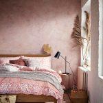 Romanticky ladená spálňa v odtieňoch červenej a ružovej s terakotovou