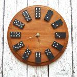 Hodiny z drevenej podložky s domino kockami namiesto číselníka