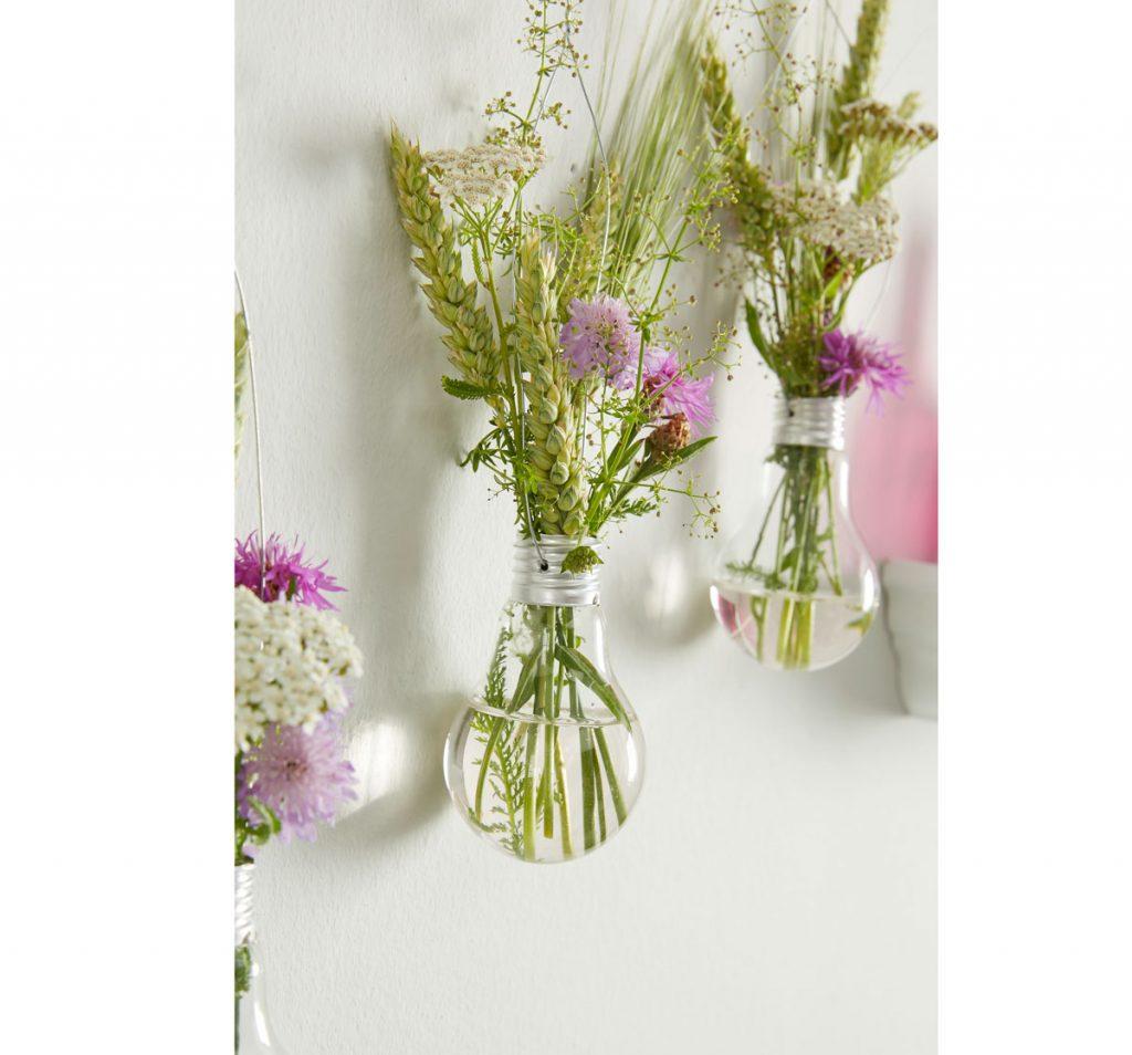 Vázička na kvety zo žiarovky