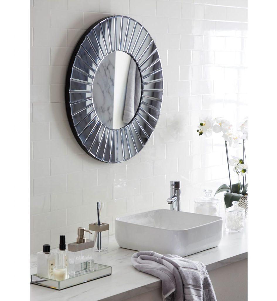 Kúpeľňa s oválnym zrkadlom s lamelovým rámom