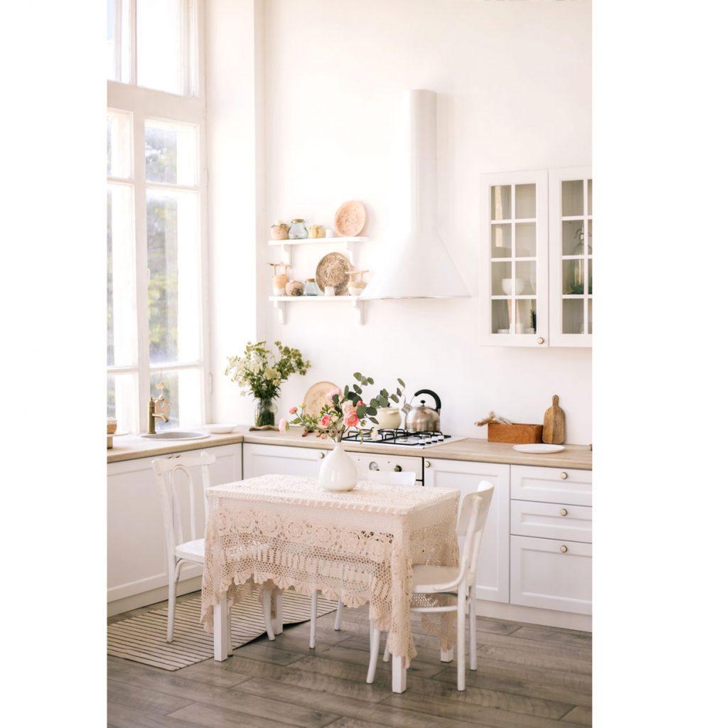 Biela vidiecka kuchyňa s vintage prvkami