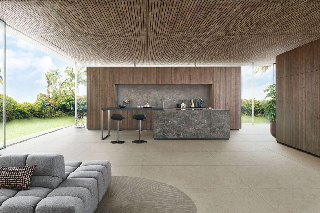 Moderná kuchyňa v dreve so skrytými úložnými priestormi a ostrovčekom