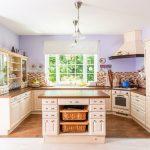vidiecka kuchyňa v tvare U s ostrovčekom