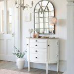 Interiér s vintage polkruhovou komodou a mozaikovým zrkadlom