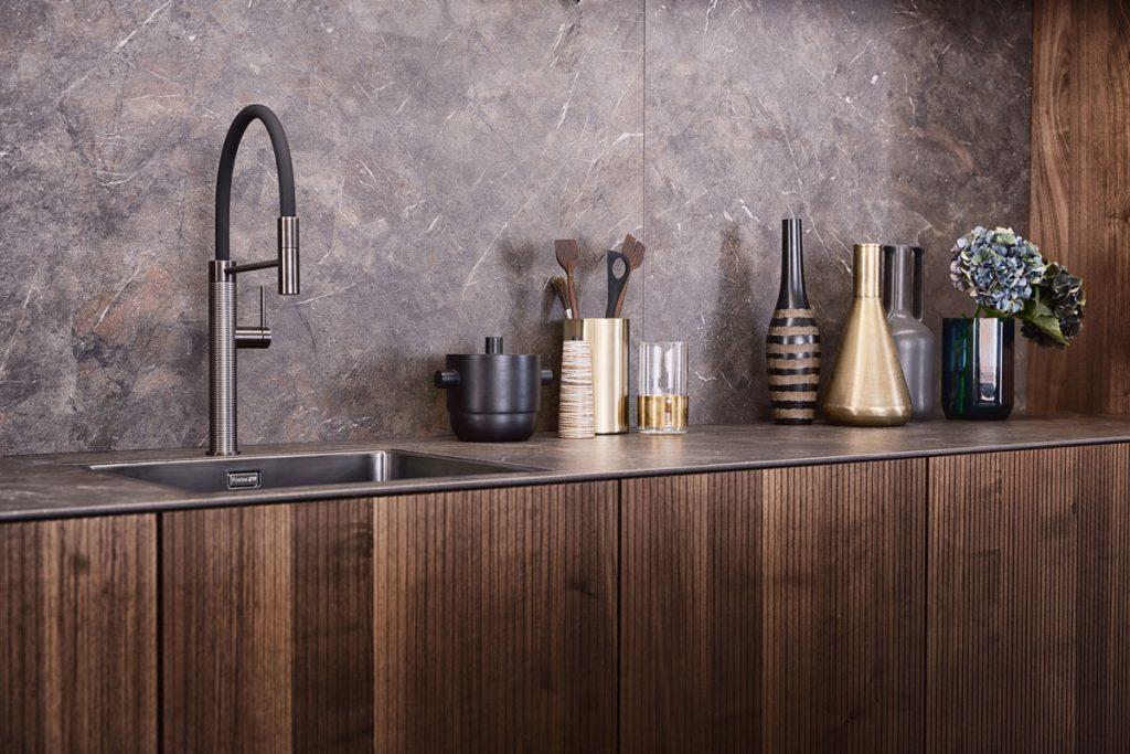 elegantná kuchynská drevená linka v orechovom odtieni