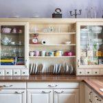 vidiecka kuchynská linka s kredencom s otvorenými policami