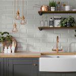 sivá kuchynská linka s drevom, medenou batériou a bielymi obkladmi