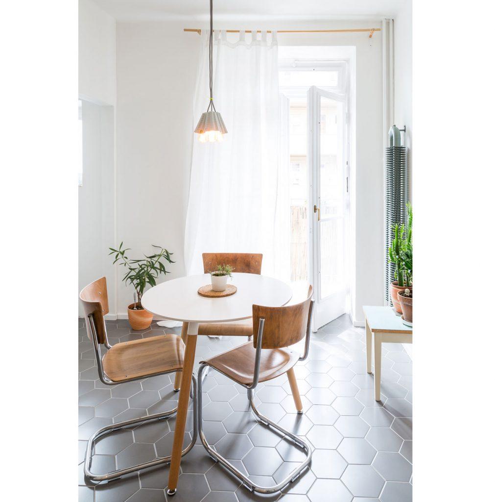 Biely jedálenský stolík s retro stoličkami s chrómovými podnožami