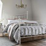 Vintage spálňa s kovovou posteľou