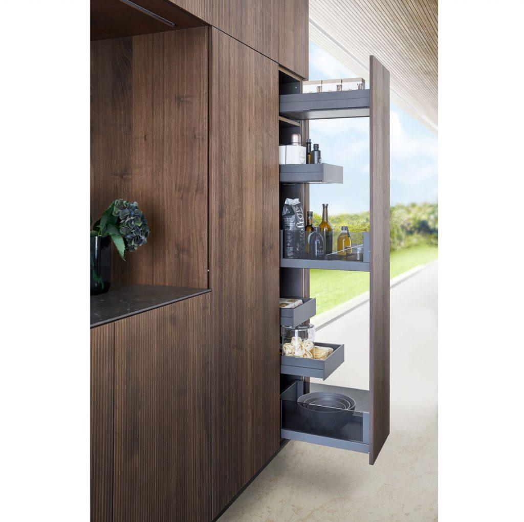 úložné výsuvné priestory v kuchynskej linke s vnútorným členením
