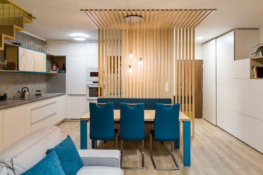 Otvorený priestor kuchyne, jedálne a obývačky v prvom podlaží mezonetu