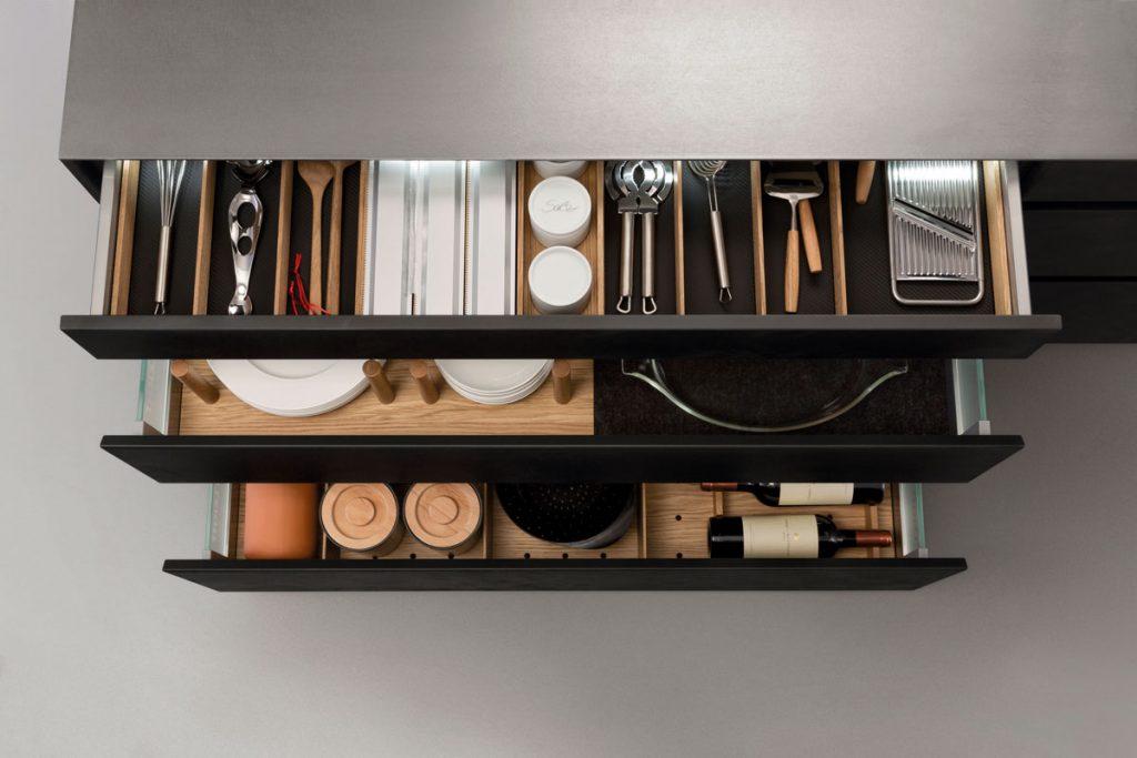 zásuvky v kuchynskej linke s priečinkami pre rôzne vybavenie a riady