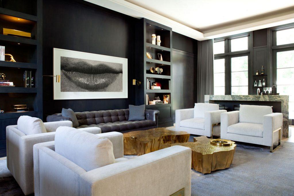 Moderný interiér v čiernej a bielej v spojení s nábytkom v zlatej farbe