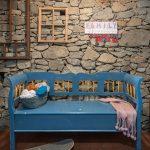 zrepasovaná lavica s kamennou stenou