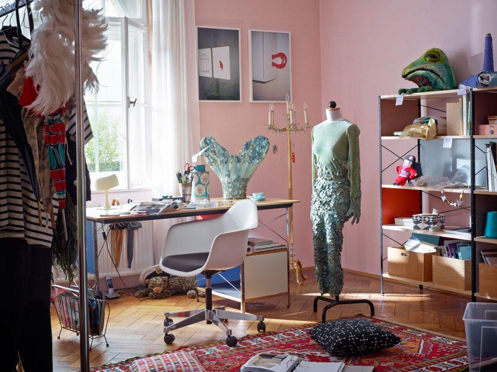 izba pre tínedžera: izba s pracovným stolom, stojanom na oblečenie a regálom