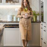 Dizjanérka interiéru Katarína Kyman Haruštiaková pred vintage bielou kuchyňou s nádychom vidieka