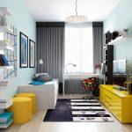 izba pre tínedžera: Izba s pracovným stolom, posteľou s úložnými priestormi a otvorenými policami a TV, v kombinácii bielej, čiernej a žltej