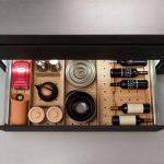 kuchynská zásuvka so systémom držiakov na uskladnenie fliaš