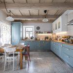 Kuchyňa v baníckom dome vo vidieckom štýle a s trámovým stropom