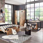 Izba pre tínedžera v industriálnom štýle, v kombinácii dreva, kovu a tehly
