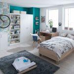 Chlapčenská izba s dreveným nábytkom vo farbách bielej, hnedej a tyrkysovej