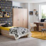 Detská izba v kombinácii dreva, čiernej a žltej.