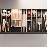 zabudovaný drevený stojan na nože v kuchynskej zásuvke
