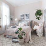 Dievčenská izba vo farbách sivej, ružovej a bielej