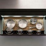 úložný priestor v kuchynskej zásuvke pre hrnce a pokrievky