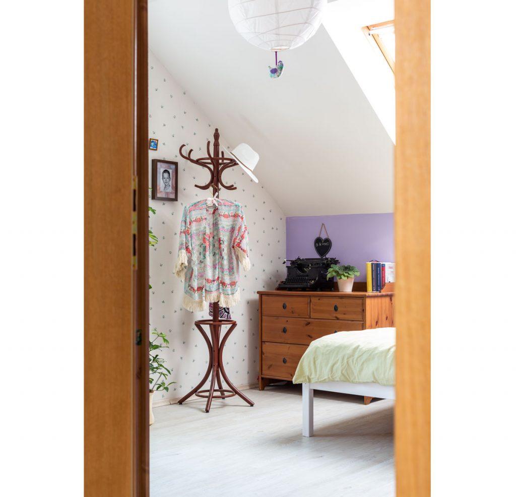 podkrovná izba v romantickom štýle slúžiaca ako pracovňa či hosťovská izba
