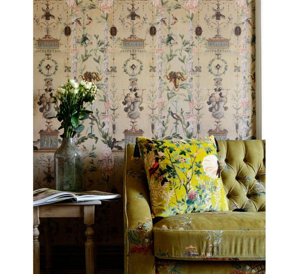 Vintage obývačka s tapetou, zelenou pohovkou a vankúšom s kvetinovými vzormi