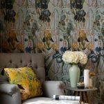 Vintage interiér s pohovkou a s kvetinovými a zvieracími vzormi na vankúši a tapete
